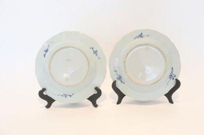 CHINE Paire d'assiettes chantournées à décor floral bleu et blanc, compagnies des...