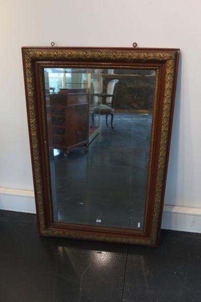 Miroir rectangulaire, fin XIXe, bois laqué rechampi or, glace biseautée, 108,5x72...