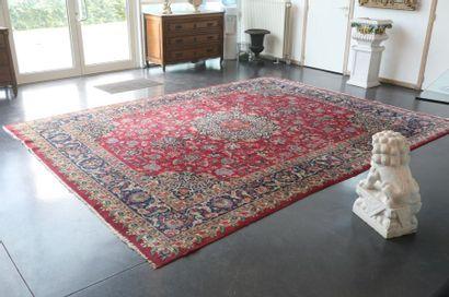 Grand tapis persan de style Keshan à médaillon...
