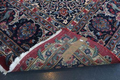 Grand tapis persan de style Keshan à médaillon central et arabesques sur champ carmin,...