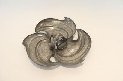 Coupe trilobée, circa 1900, étain martelé,...