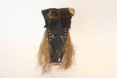 ART TRIBAL Masque, travail congolais, XXe, bois sculpté à patine noire, peau et fibres...