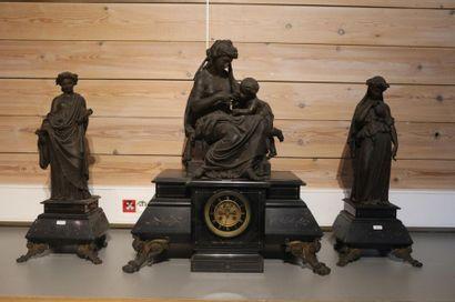 Garniture de cheminée d'époque Napoléon III ornée de figures à l'antique, fin XIXe,...