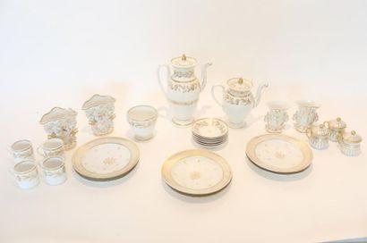 PARIS et/ou BRUXELLES Ensemble blanc et or, XVIII-XIXe, porcelaine, trente-et-une...