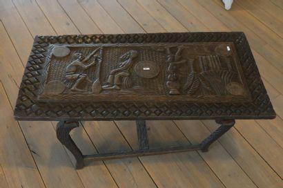 Table basse africaine à décor de scènes villageoises,...