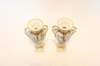 PARIS ou BRUXELLES Paire de petits vases Empire en fuseau à décor polychrome et or...