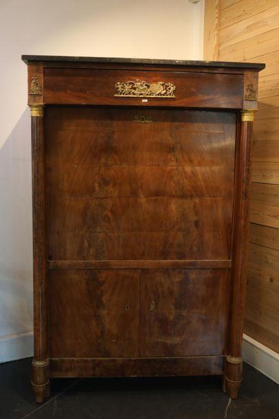 Secrétaire en armoire d'époque Restauration ouvrant par un abattant, deux vantaux...