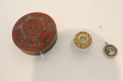 Deux belles miniatures dont une ornant une bonbonnière en verre gravé et métal finement...
