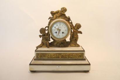 Pendule de cheminée de style Louis XVI aux...