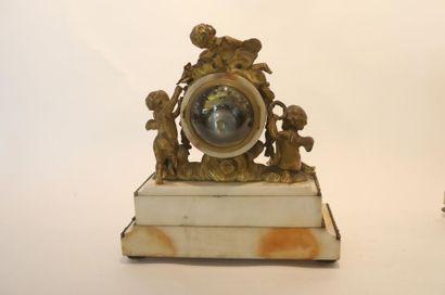 Pendule de cheminée de style Louis XVI aux Amours, fin XIXe, bronze doré et marbre,...