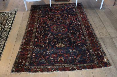 Tapis persan de style Nahavand à motifs floraux...