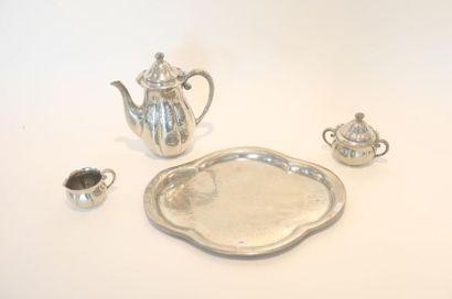 Service à thé nervuré, début XXe, métal à...
