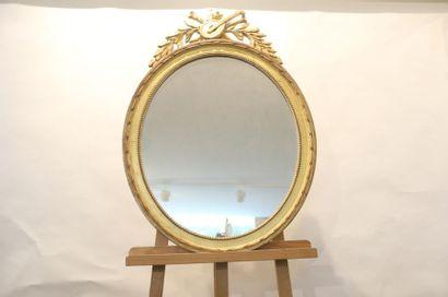 Miroir ovale de style Louis XVI à trophée...