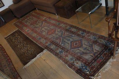 Deux tapis persans de galerie à motifs stylisés,...