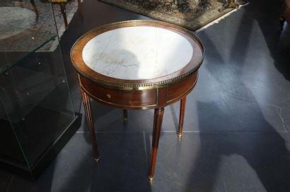 Table dite bouillotte Louis XVI à deux petits tiroirs et deux tirettes en ceinture,...