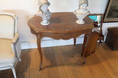 Table de milieu de style Louis XV à roulettes,...