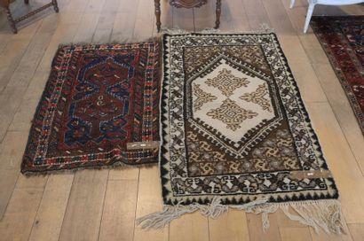 Deux petits tapis persans à motifs stylisés,...