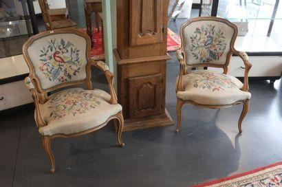 Paire de fauteuils en cabriolet de style...