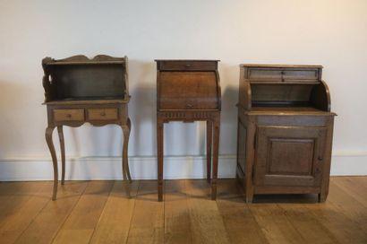 Trois meubles de chevet dont deux à cylindre,...