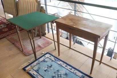 Deux tables à jeu (une en console à plateau...