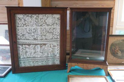 Deux petites vitrines dont une d'applique,...