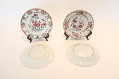 CHINE Deux paires d'assiettes (plates et creuses) à décors floraux d'émaux polychromes...