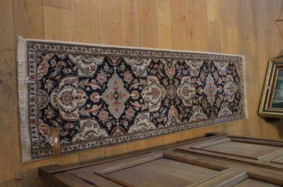 Petit tapis persan de galerie Naïn à motifs...
