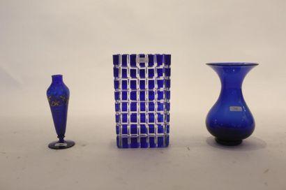 Trois vases saphir (dont un soliflore à décor...