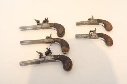LIEGE Cinq pistolets dont deux paires, XVIII-XIXe, acier et bois, poinçon, l. 16...
