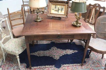 Table rectangulaire de style Louis XVI, tiroir...