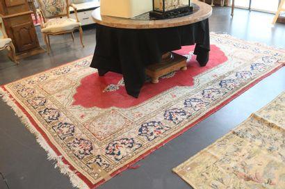 Grand tapis persan de style Kerman à médaillon...
