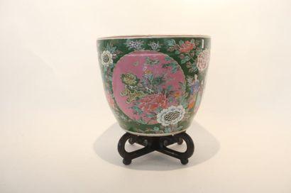 JAPON Grand cache-pot à riche décor dans le goût de la Chine d'émaux polychromes...