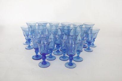 Partie de service, XXe, verre bleuté à bulles,...