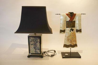 Lampe de table et élément décoratif dans...