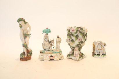Quatre objets de décoration, XIX-XXe, porcelaine...