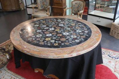 Plateau rond de table à décor floral, XXe,...