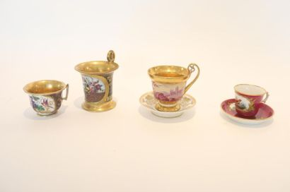 Quatre tasses, XIXe, porcelaine :  - tasse...