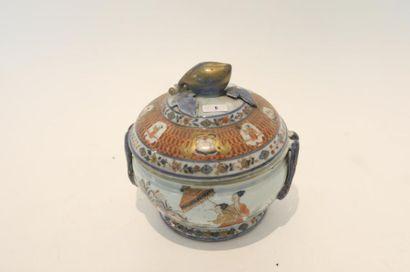 """CHINE Pot à oille à décor Imari dit """"Les Dames au parasol"""" d'après Cornelis Pronk..."""