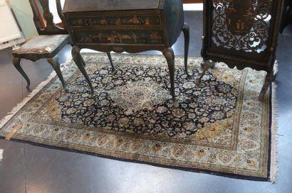 Tapis persan de style Keshan à médaillon...