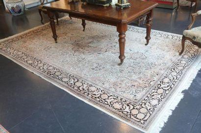 Grand tapis persan de style Naïn à médaillon...