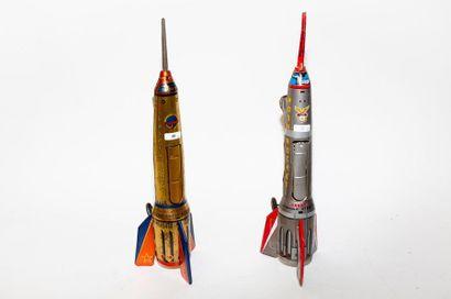 Deux fusées en tôle lithographiée, h. 39,5...