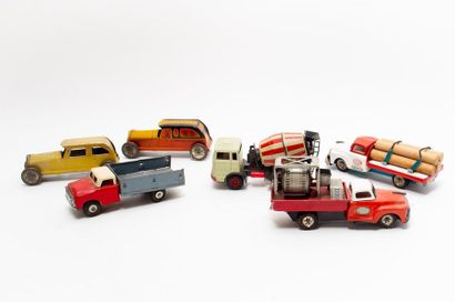 Lot de véhicules en tôle (l. 15 cm env.),...