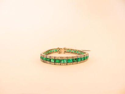 Bracelet Art déco en platine pavé d'émeraudes...