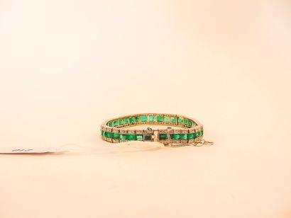 Bracelet Art déco en platine pavé d'émeraudes en chute (12 carats env.) entre deux...