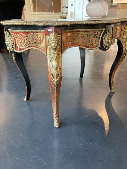 Table de milieu chantournée d'époque Napoléon III ouvrant par un tiroir en ceinture,...