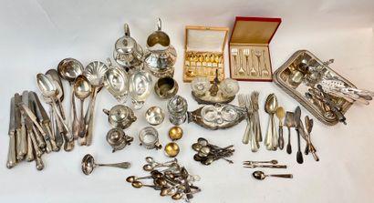 Fort lot d'argenterie (métal argenté et argent)...