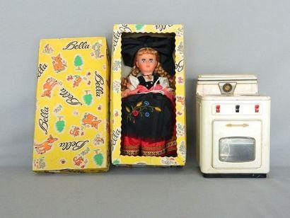 Lot (2) : une poupée Bella en boîte et une...