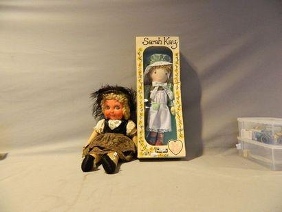 Deux poupées : une en chiffon, tête en carton...