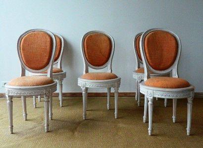 Suite de cinq chaises à médaillon de style...