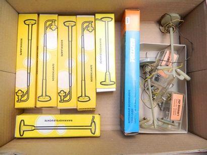 MÄRKLIN, 6 lampadaires [en boîtes]. On y...